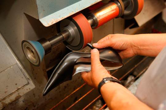 Мастерская по ремонту обуви: мастер за работой