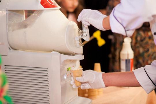 Продажа мягкого мороженого: работа фризера