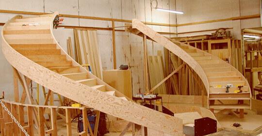 Изготовление лестниц из дерева на производстве