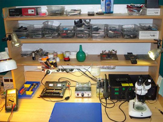 Рабочее место мастера по ремонту телефонов